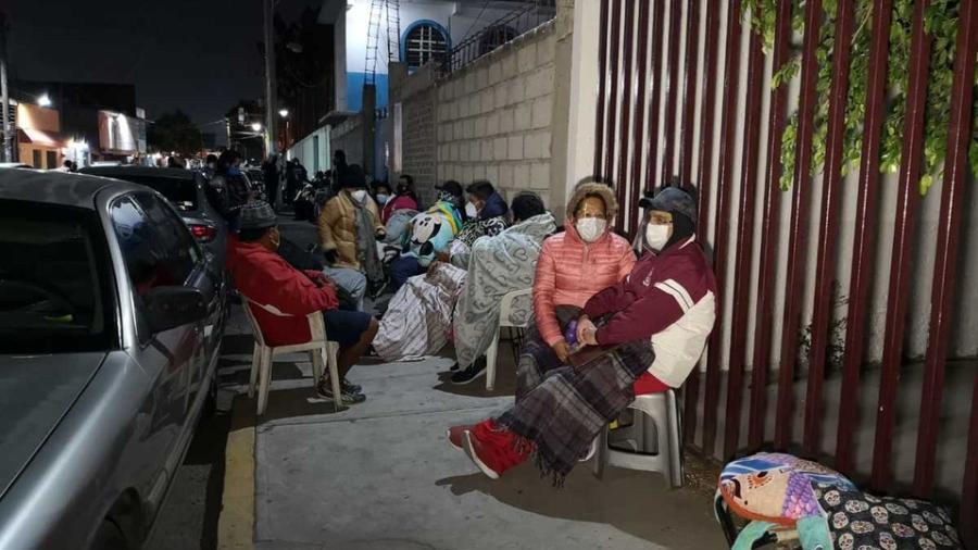 ¡Hacen su agosto! En Altamira jóvenes cobran a adultos mayores por hacer fila para vacuna contra COVID-19