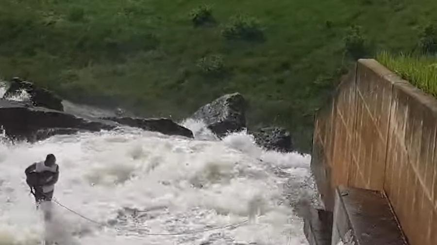 Hombre arriesga la vida por salvar a un perro que fue arrastrado por el agua de una represa