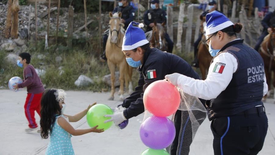 Llevan Policías Estatales sonrisas, juguetes y dulces a pequeños tamaulipecos