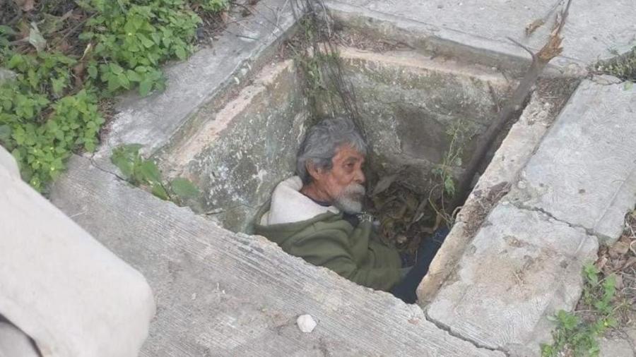 Rescatan a hombre que se ocultaba del frío en la alcantarilla