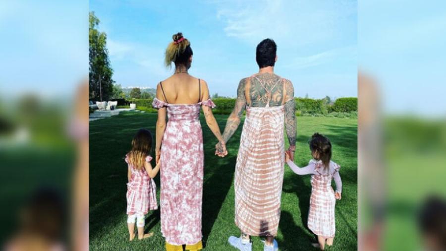 Adam Levine comparte foto en vestido junto a su esposa e hijas